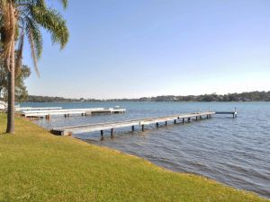The Studio on the Lake  Fishing Point Lake Macquarie - honestly put the line in and catch fish - Accommodation Mooloolaba