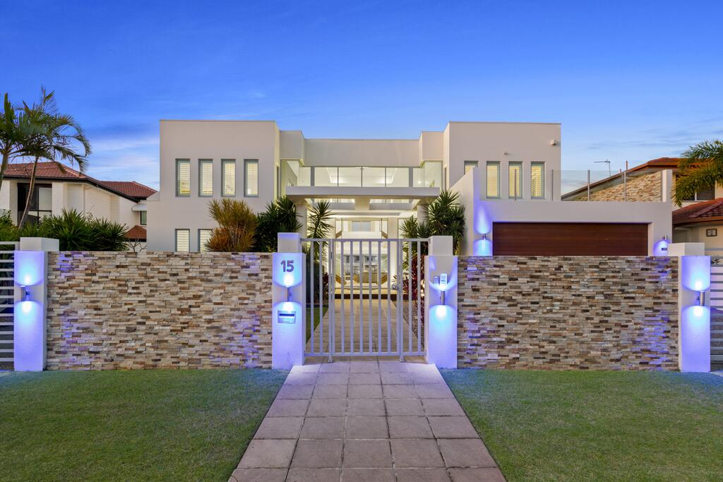 The White House GC Waterfront Home Cinema Jacuzzi Heated Pool - Accommodation Mooloolaba