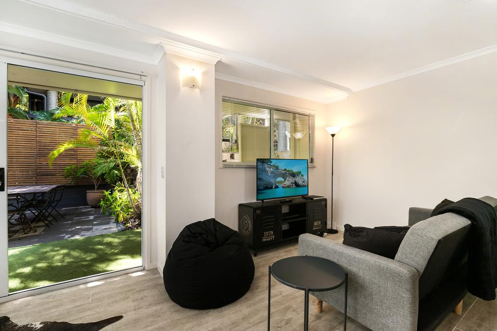 Tropical Townhouse With Two Courtyards and Pool - Accommodation Mooloolaba