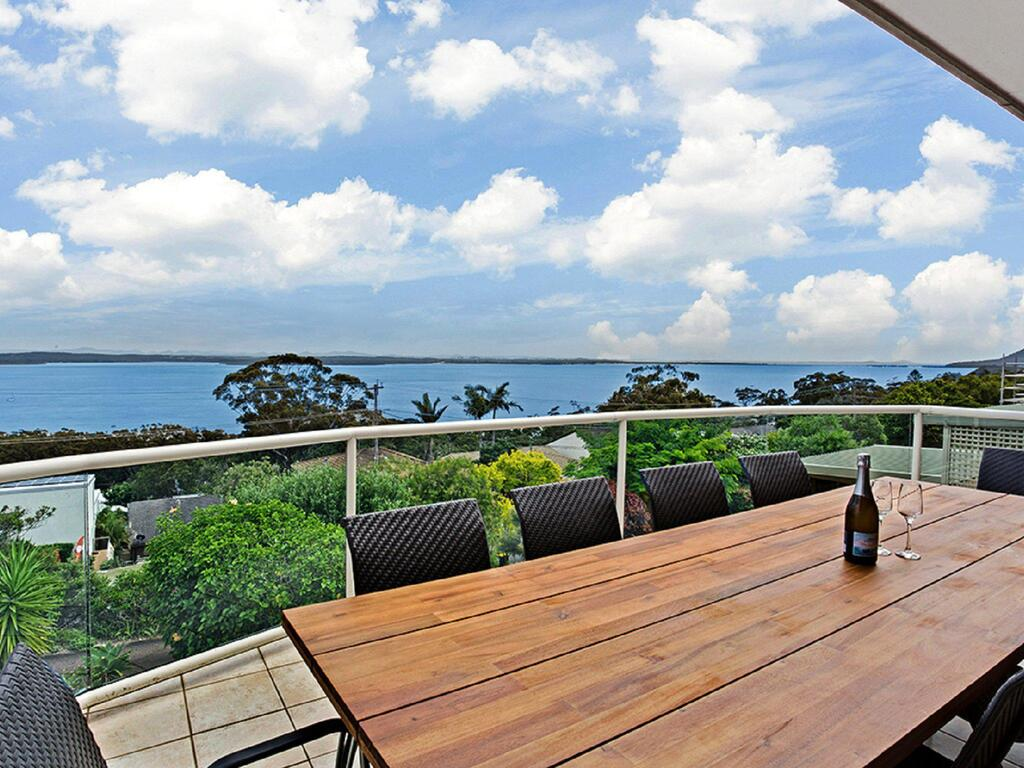 'The Bay' 25 Wallawa Rd - huge home with aircon spectacular views  chromecast - Accommodation Mooloolaba