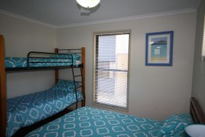 1 Naiad Court - Lowset family home with swimming pool and covered deck. Pet friendly - Accommodation Mooloolaba