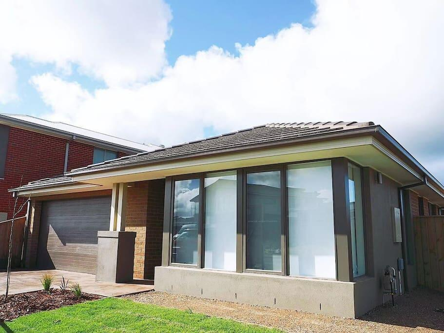 5Bed 2Bath Family House in Werribee - Accommodation Mooloolaba